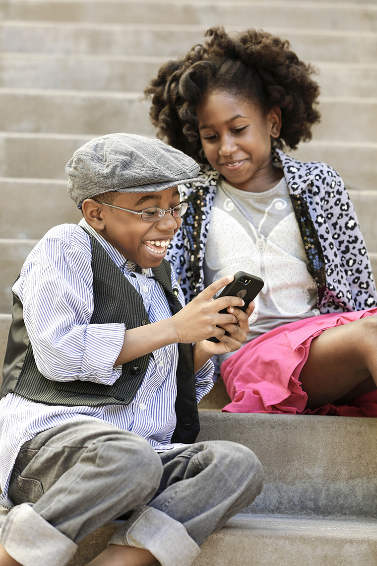 kids-cute-couple-on-smart-phone_MG_0199